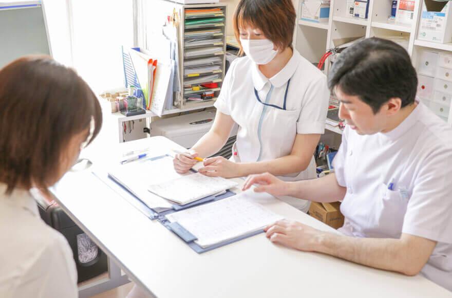 先生と看護師と相談中のママ